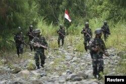 Tentara Indonesia berpatroli di perbatasan antara Papua Nugini dan Indonesia untuk memeriksa penanda batas di Waris, Keerom, Papua, 17 Maret 2016, sebagai ilustrasi. (Foto: Antara via Reuters)