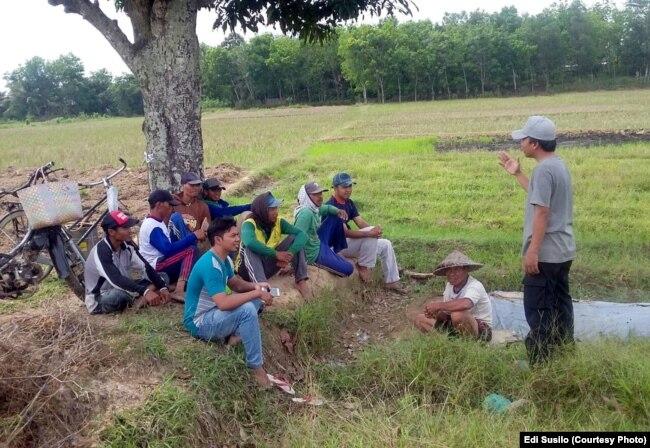 : Edi Susilo di tengah petani Ogan Komering Ulu Timur peserta Sekolah Tani yang dia dirikan sebelum menjadi politisi.(Foto: Dokumen pribadi)