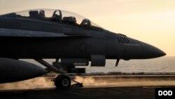 지난해 10월 미군 항공모함 시어도르루즈벨트 호에서 F/A-18A 전투기가 이라크와 시리아 내 ISIL 공습 임무를 수행하기 위해 출격하고 있다. (자료사진)
