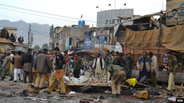 Polisi dan warga berdatangan di lokasi, pasca ledakan bom di pasar Quetta, Pakistan hari Kamis (10/1).