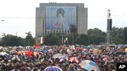 Umat Katolik hadiri Misa Minggu bersama Paus Fransiskus di Lapangan Revolusi di Havana, Kuba, 20 September 2015.