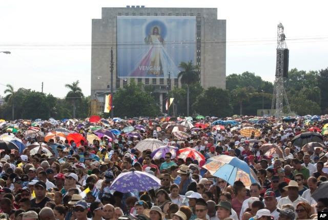 Hàng trăm nghìn người tham dự Thánh lễ tại Quảng trường Cách mạng ở Havana.