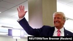Le président américain Donald Trump salue les spectateurs après avoir voté lors de l'élection présidentielle de 2020 à la bibliothèque du comté de Palm Beach à West Palm Beach, Floride, États-Unis, le 24 octobre 2020.
