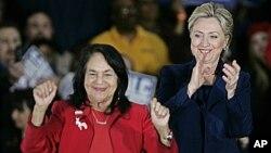 La activista Dolores Huerta, izquierda, participa en un mitín del síndicato de los Trabajadores Agrícolas Unidos, junto a Hillary Clinton. Huerta recibirá la Medalla a la Libertad de manos del presidente Barack Obama.