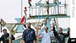 埃及热烈欢迎击败海盗返国的渔民