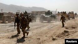 Các thành viên của Lực lượng NATO đến hiện trường vụ tấn công ở Kabul, ngày 10/6/2013.