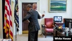 25일 바락 오바마 미국 대통령이 자신의 집무질에서 연방대법원의 오바마 케어 합헌 판결을 환영하고 있다.
