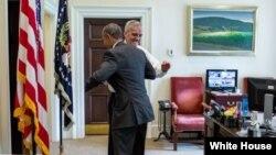 سپریم کورٹ کے فیصلے کی خبر سننے کے بعد صدر اوباما اوول آفس میں اپنے چیف آف سٹاف سے بغلگیر ہو رہے ہیں۔ (وائٹ ہاؤس فوٹو)
