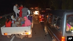印尼民眾擔心海嘯紛紛撤向地勢高的地區