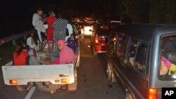 Evakuacija ljudi iz Džakarte posle zemljotresa i upozorenja na cunami