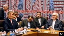 Джон Керри и Мохаммад Джавад Зариф на встрече пяти постоянных членов Совета Безопасности плюс Германия во время 68-ой сессии Генеральной Ассамблеи ООН, 26 сентября 2013.