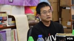 香港嶺南大學文化研究系副教授陳允中表示,雨傘運動後,香港本土派發起多次反水貨客激烈示威,是一種情緒發洩。(美國之音湯惠芸拍攝)