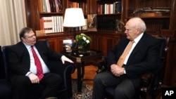 Tổng thống Hy Lạp Karolos Papoulias (phải) thảo luận với thủ lãnh Ðảng Xã hội Evangelos Venizelos tại văn phòng tổng thống, ngày 12 tháng 5, 2012.