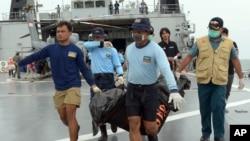 Hải quân Indonesia khiêng túi đựng thi thể một nạn nhân trên chuyến bay AirAsia 8501, ngày 3/1/2015.