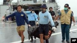 1月3日,印尼海軍將承載亞航墜機死者遺體送回岸上。