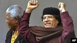 Libyan leader Moammar Gadhafi (R) stands with former South African President Nelson Mandela at the launch of the African Union in Durban, South Africa, July 2002. (file photo)