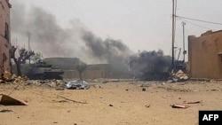 在马里贾欧的法国巡逻队2018年7月1日遇袭后一辆装甲车冒出浓烟