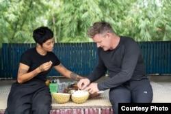 Penulis kuliner, Ade Putri Paramadita dan Gordon Ramsay saat makan durian di Sumatra Barat (dok: National Geographic/Justin Mandel)