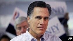 罗姆尼2月28日在密西根的一个竞选中心倾听一名记者的提问