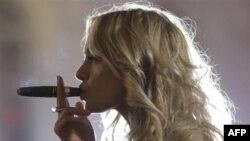 Tamaki ishlab ciqaruvchi kompaniyalarning reklamasida qaddi-qomati kelishgan ayollarning chiroyli nozik barmoqlarida sigaret ushlab turgani tasvirlanadi. Buni ko'rgan yoshlar uchun chekish - moda.