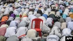 Wasu musulmai kenan yayin da suke gudanar da sallah