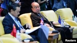 朝鮮外相朴義春(右)在汶萊舉行的東盟地區論壇上﹐身旁為中國外交部長王毅。