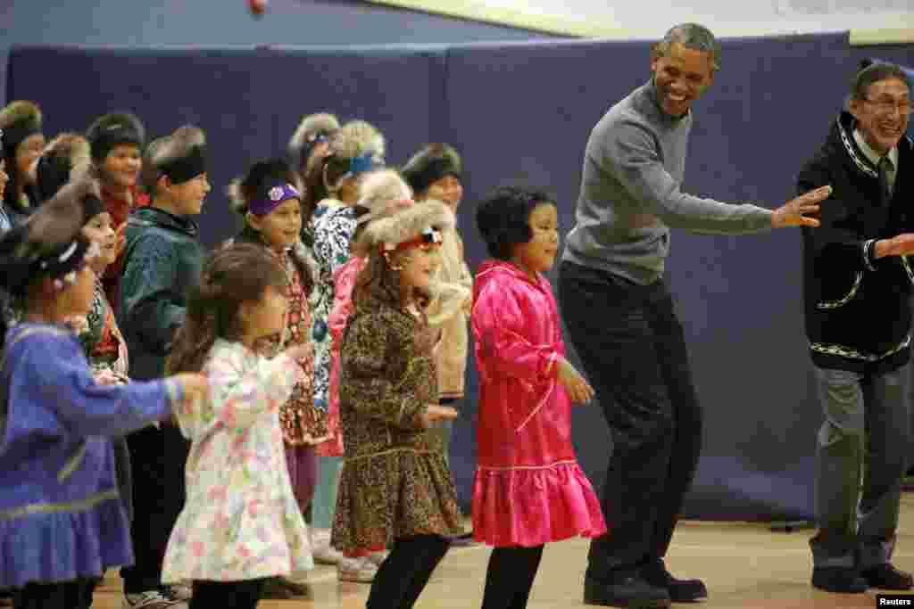 ប្រធានាធិបតីអាមេរិកលោក Barack Obama សម្តែងរបាំប្រពៃណី Yup'ik នៅឯសាលាមួយនៅក្រុង Dillingham រដ្ឋ Alaska នាថ្ងៃទី០២ ខែកញ្ញា ឆ្នាំ២០១៥។