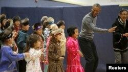Presiden AS Barack Obama melakukan dansa tradisional Yup'ik di sebuah sekolah di kota Dillingham, Alaska (2/9).
