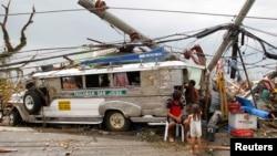 Supervivientes que perdieron sus hogares en la ciudad de Tacloban se han refugiado en este autobús público.