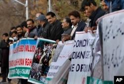 Pendukung kelompok masyarakat sipil, Jammu Kashmir Forum, ikut berunjuk rasa dalam memperingati Hari Hak Penentuan Nasib Sendiri, di Islamabad, Pakistan, Selasa, 5 Januari 2020.