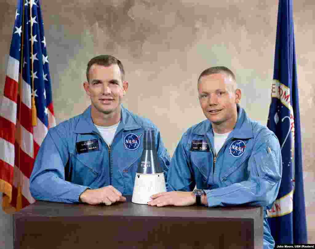На столе перед Нилом Армстронгом и астронавтом Дэвидом Скоттом - миниатюрная модель корабля «Джемини-8». Именно на таком корабле Скотт и Армстронг в 1966 году отправятся в космос, совершив первую в историю стыковку космических аппаратов в ручном режиме. Прием заявок на участие в программе «Джемини» был открыт в апреле 1962 года. Для Армстронга это был шанс наконец-то оказаться в космосе, однако будущий астронавт чуть было его не упустил: его заявка была получена НАСА неделю спустя крайнего срока подачи документов. Однако ему повезло: его товарищ по службе Дик Дей смог незаметно подложить заявку Армстронга в стопку заявлений от других претендентов. В сентябре 1962 года Армстронгу позвонил Дик Слейтон, руководитель бюро астронавтов для проекта «Джемини». Он спросил Армстронга, хотел бы тот войти в «Новую девятку» - так называли второй набор астронавтов США. Нил Армстронг, не раздумывая, ответил «да»