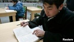 지난 2006년 평양 김책공대에서 한 학생이 영어로 된 교재를 보고 있다. (자료사진)