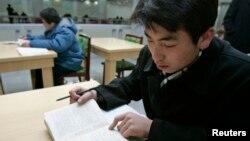 지난 2006년 평양 김책공대 학생이 영어로 된 교재를 읽고 있다. (자료사진)
