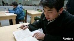 북한 평양의 김책공대 도서관에서 한 학생이 영어 교재를 보고 있다. (자료사진)