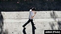 Kota Honolulu du Hawaii melarang penggunaan ponsel untuk texting selagi menyeberang jalan (foto: ilustrasi).