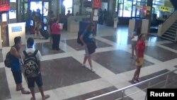 불가리아 부르가스 공항 폐쇄회로 화면에 잡힌 자살 폭탄 테러 용의자(가운데).
