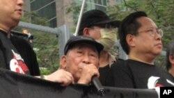 司徒華(中)帶病冒雨出席去年紀念六四大游行