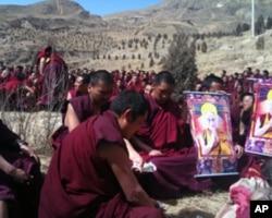 僧侣们在为自焚身亡的索纳塔吉举行法会时祈祷