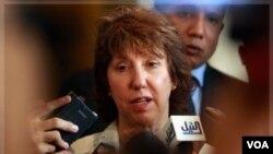 """""""Exhortamos a las FARC a entregar las armas y a sumarse al proceso político de reforma y de modernización de Colombia"""", dijo Ashton."""