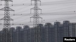 北京一處住宅區旁的輸電塔。(2021年9月28日)