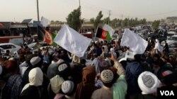 افغان حکومت او طالبانو کوچني اختر په دریو ورځو کې اور بند کړی وو،چې له امله یې په سلګونو طالب وسله والو ښارونو څخه لیدنه وکړه.