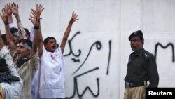 امریکی قونصل خانے کے سامنے مظاہرین احتجاج کرتے ہوئے