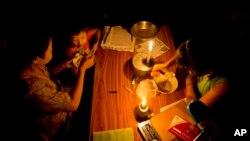 Empresa de California desarrolla cargador de celulares por energía de la luz de una vela