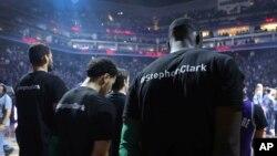 'Yan wasanBoston Celtics sanye da riga dake da sunan Stephon Clark