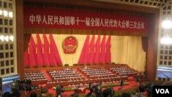 Sidang tahunan parlemen Tiongkok pada hari pertama. Dalam kesempatan ini, PM Tiongkok Wen Jiabao mengumumkan target pertumbuhan ekonomi Tiongkok untuk satu tahun ke depan.