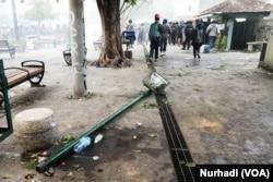 Sejumlah fasilitas umum rusak dalam aksi menolak UU Cipta Kerja di Yogyakarta, 8 Oktober 2020. (Foto:VOA/ Nurhadi)