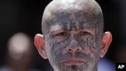 Un miembro de la Mara Salvatrucha con el rostro completamente tatuado, en el penal de Ciudad Barrios, en El Salvador.