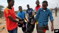 Une victime est transportée après un attentat à la voiture piégée suicide, près du complexe du ministère de la Défense à Mogadiscio, le 9 avril 2017.