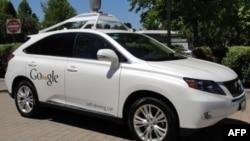 Un auto de Google que no necesita chofer es mostrado en Mountain View, California.