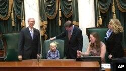 罗德岛州议会把身患绝症的八岁男孩多里安和他的母亲请上议席,向他表达敬意。 (2016年1月20日)